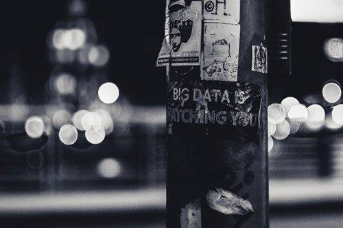¿El Big Data qué es? Se trata del manejo de grandes cantidades de datos, a muy gran escala, que sobrepasan las capacidades del software convencional y son capturadas, procesadas y almacenadas según esta característica de gran tamaño. El Big Data engloba infraestructuras, tecnologías y servicios en donde se manejan grandes cantidades de información de distinto tipo. Es más, es algo muy necesario en nuestro mundo actual porque se piensa que con el pasar de los años los datos se seguirán multiplicando, a consecuencia de lo que se conoce como la revolución digital.